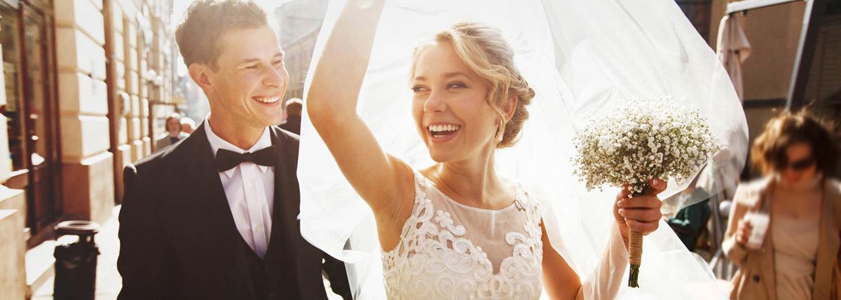 Hochzeit Bräuche Blumenstrauß Straßenbild