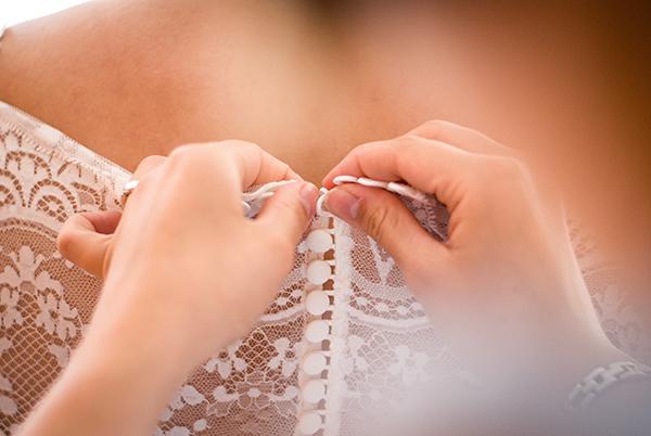Brautkleid zuknöpfen