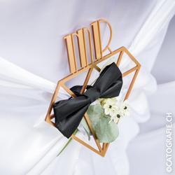 Magazin_WeisseFeste_Hochzeit_Braeutigam_Stuhlhusse_Mr