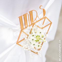 Magazin_WeisseFeste_Hochzeit_Braeutigam_Stuhlhusse_Mrs